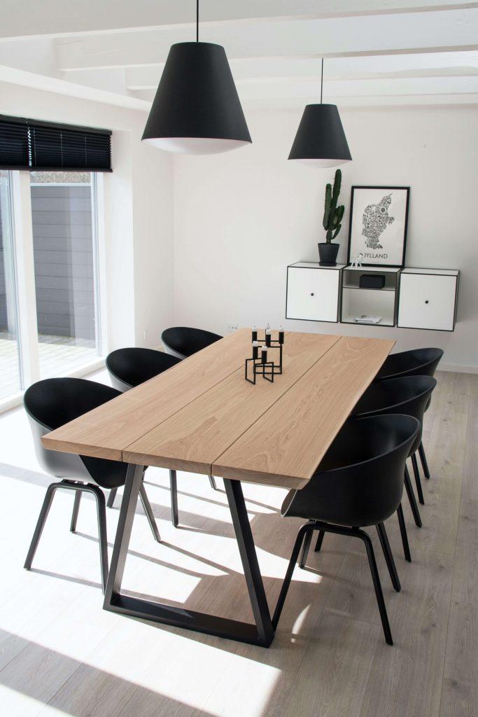 Lyst plankebord med massive egetræsplanker